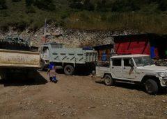 माथिल्लो हुम्लाका बासिन्दा टिप्परमा जोखिमका साथ यात्रा गर्न बाध्य