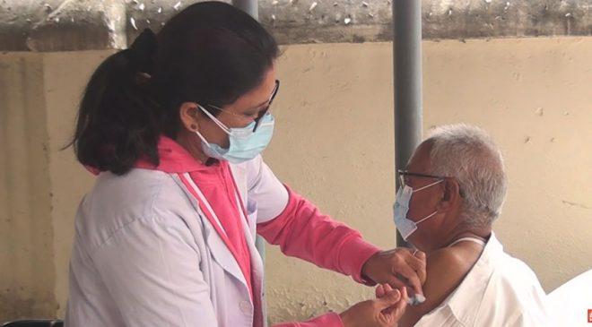 आज ७७ वर्ष माथिका ज्येष्ठ नागरिकलाई ललितपुरमा कोभिसिल्ड खोप लगाइदै