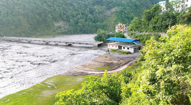 मेलम्चीः ५२ घर बगे, दुई पक्की पुल छोपे